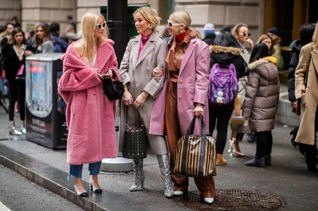 Frauen in Mänteln