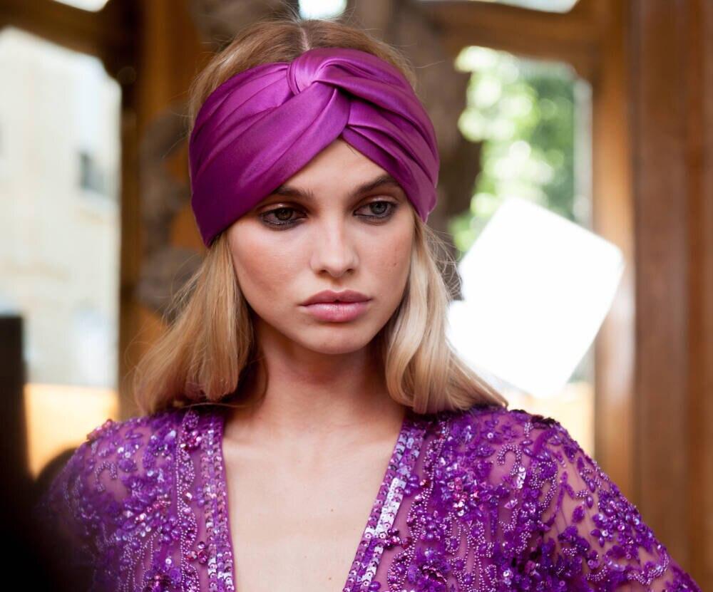 Model mit Haarband