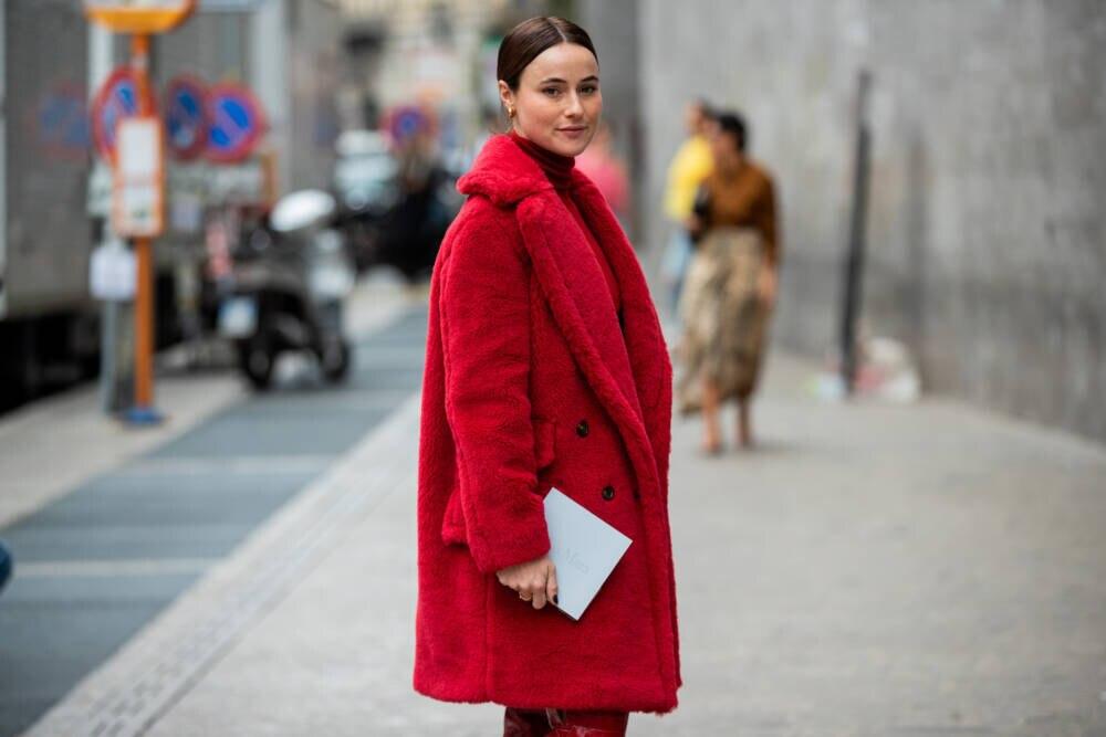 Frau in rotem Teddy-Mantel