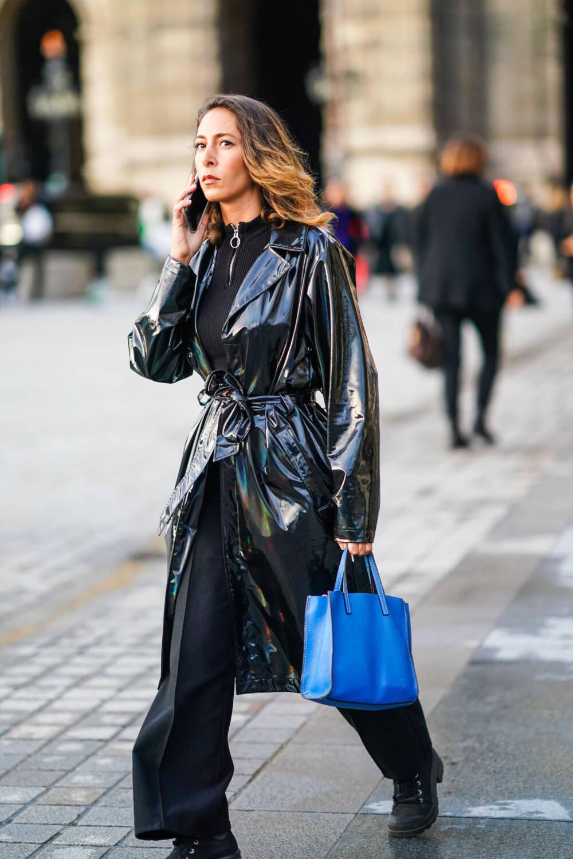 Frau in Vinyl-Trenchcoat