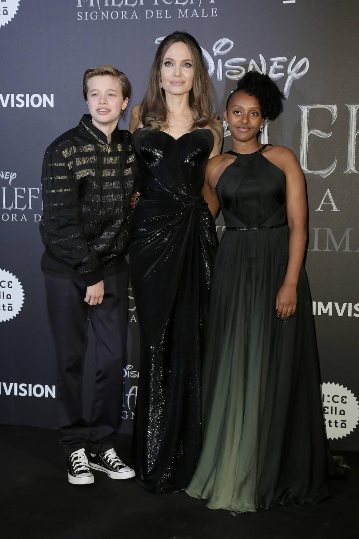 Shiloh und Zahara mit Angelina auf dem roten Teppich