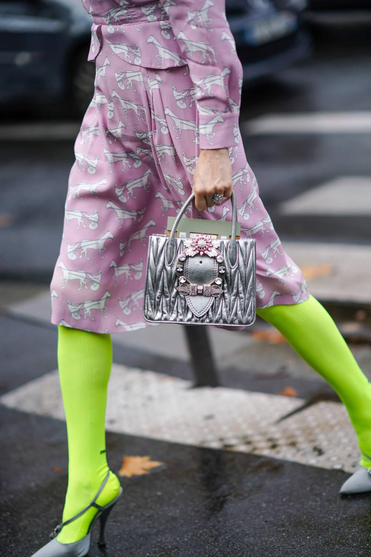 Frau mit neonfarbener Strumpfhose
