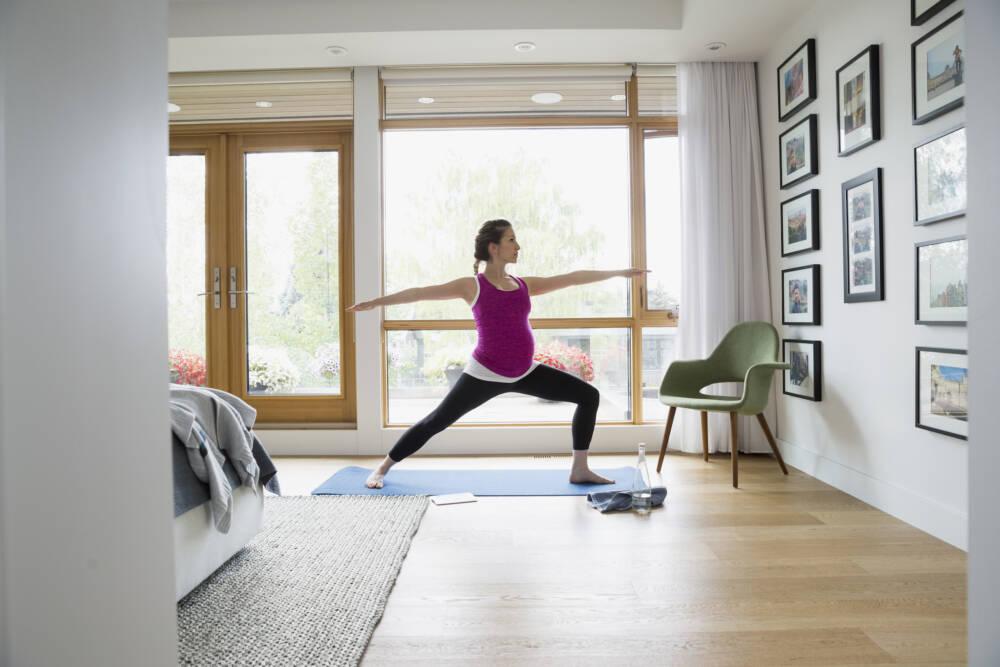 Schwangere macht Yoga