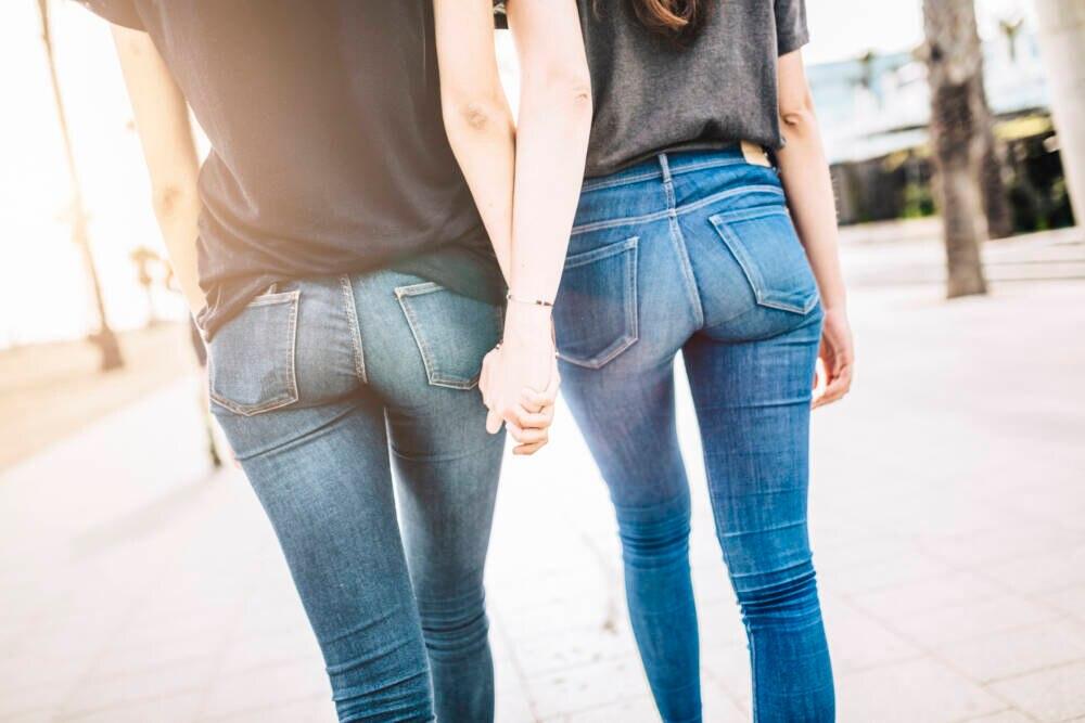 Zwei Frauen in Jeans