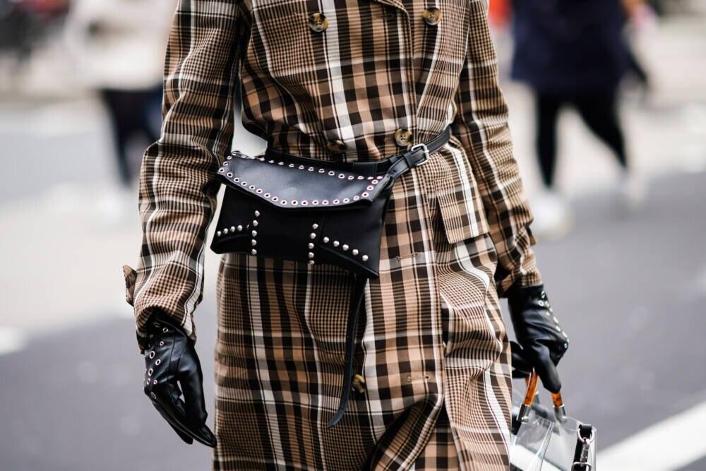 Frau mit Lederhandschuhen