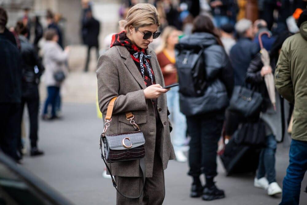 Frau in Hoodie und Anzug
