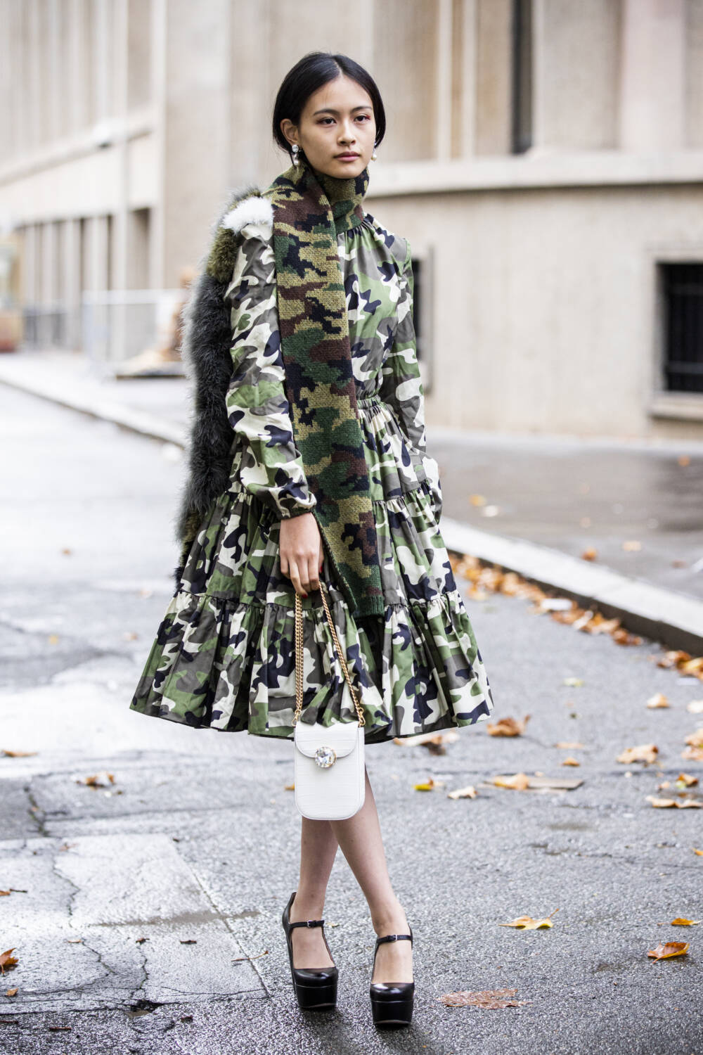 Frau mit Camouflage-Outfit