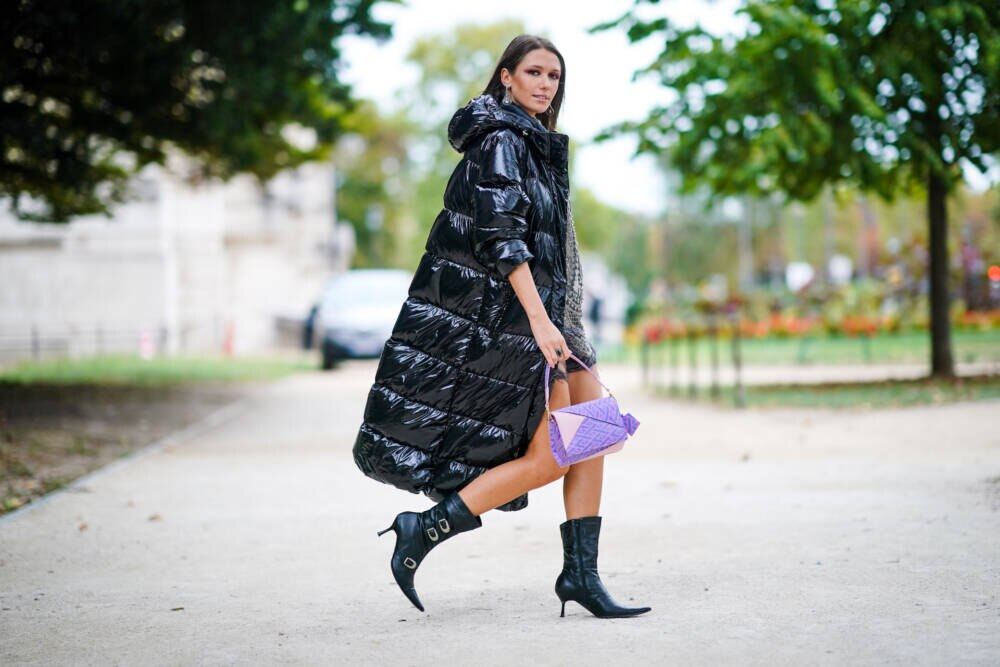 Frau mit Puffer Coat