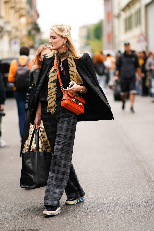 Frau mit Tiger-Schal