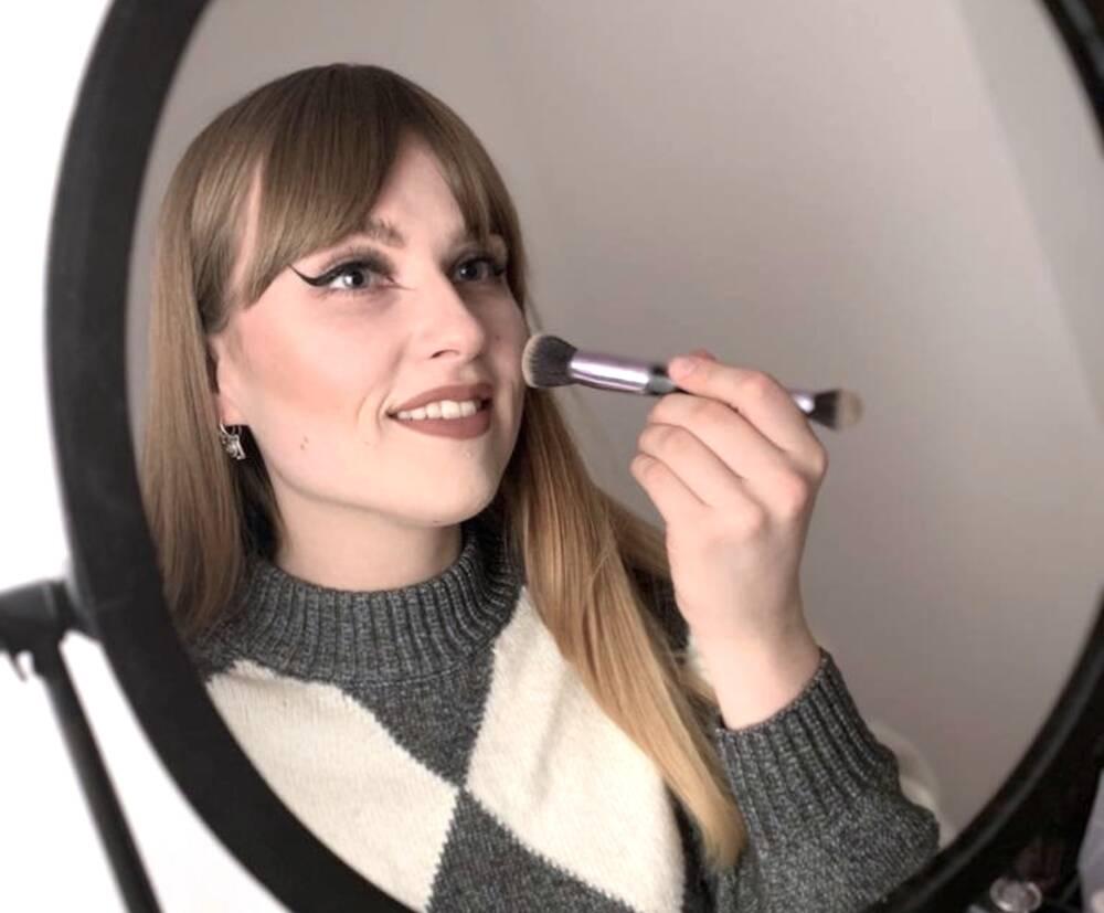 Frau, die sich schminkt