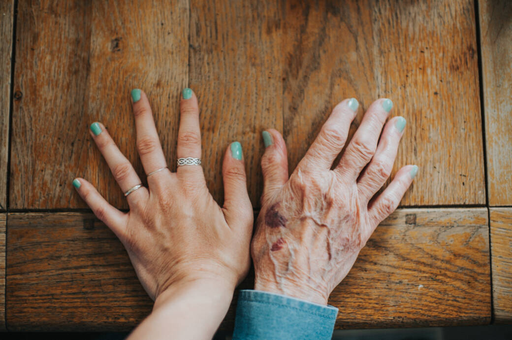 junge und alte Hand nebeneinander