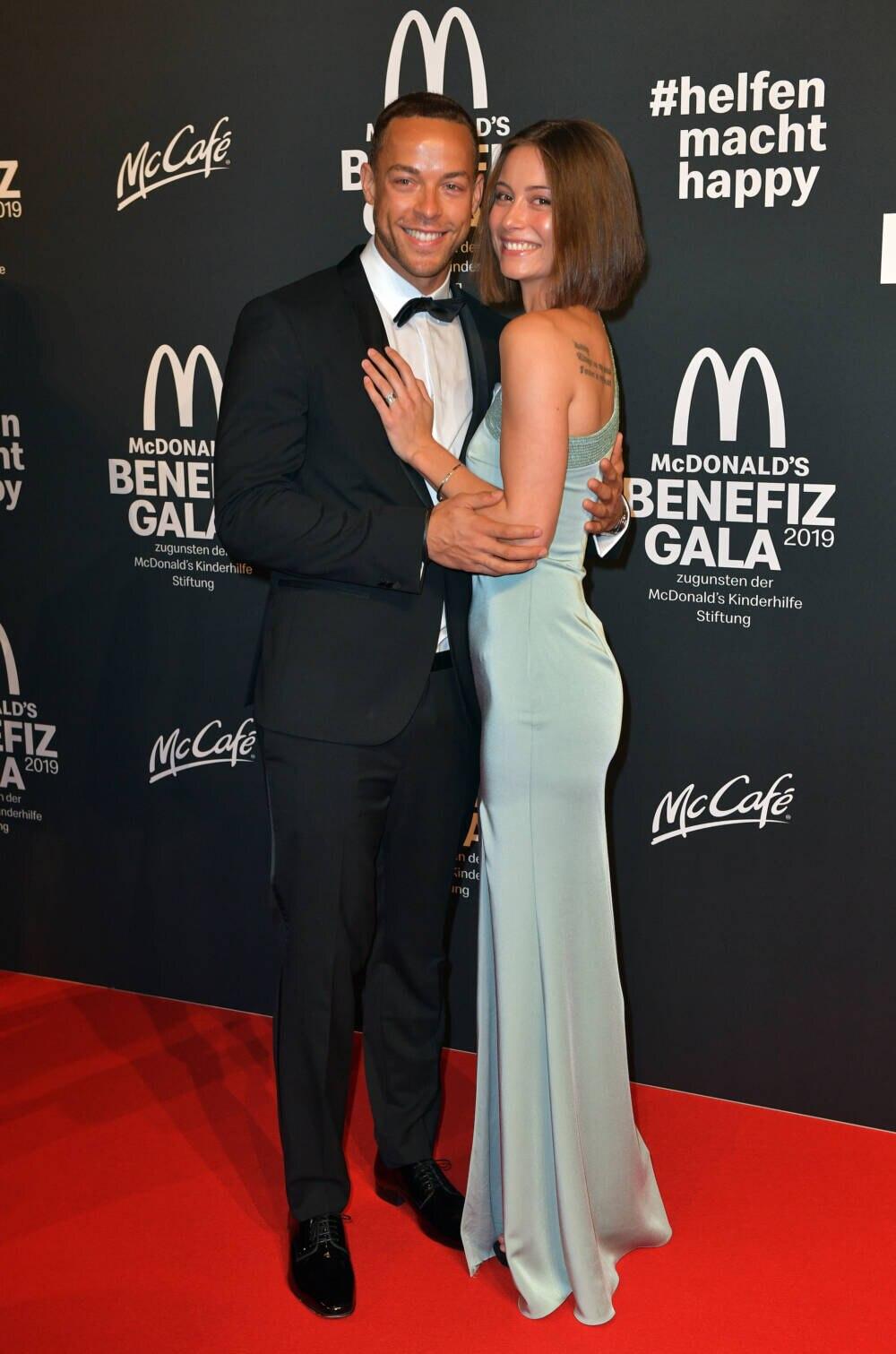 Andrej Mangold und Jennifer auf dem roten Teppich