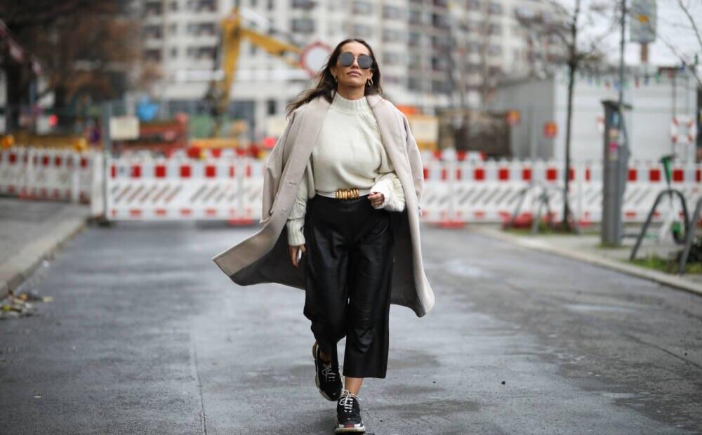 Frau in Leder-Culotte