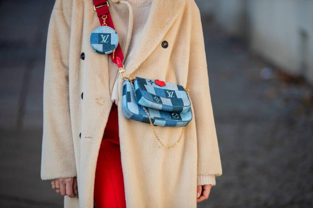 Sonia Lyson mit Louis Vuitton Multi Pochette