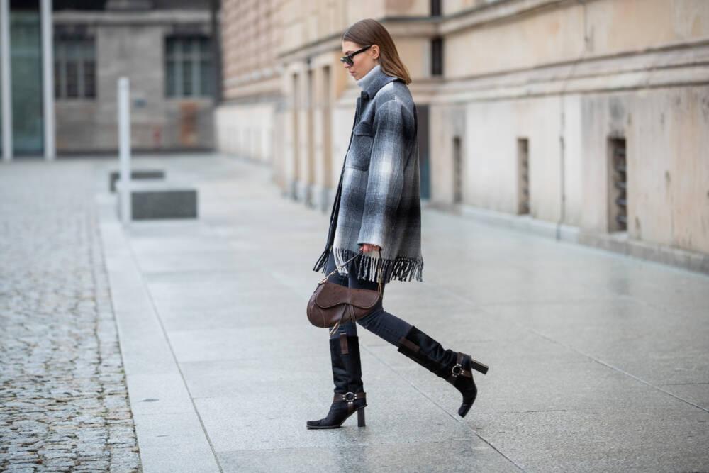 Frau mit Dior Saddle Bag