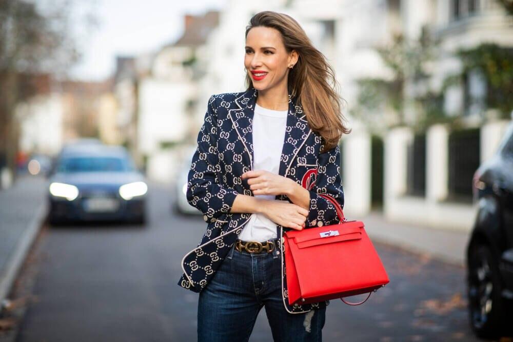Frau mit Kelly-Bag von Hermès