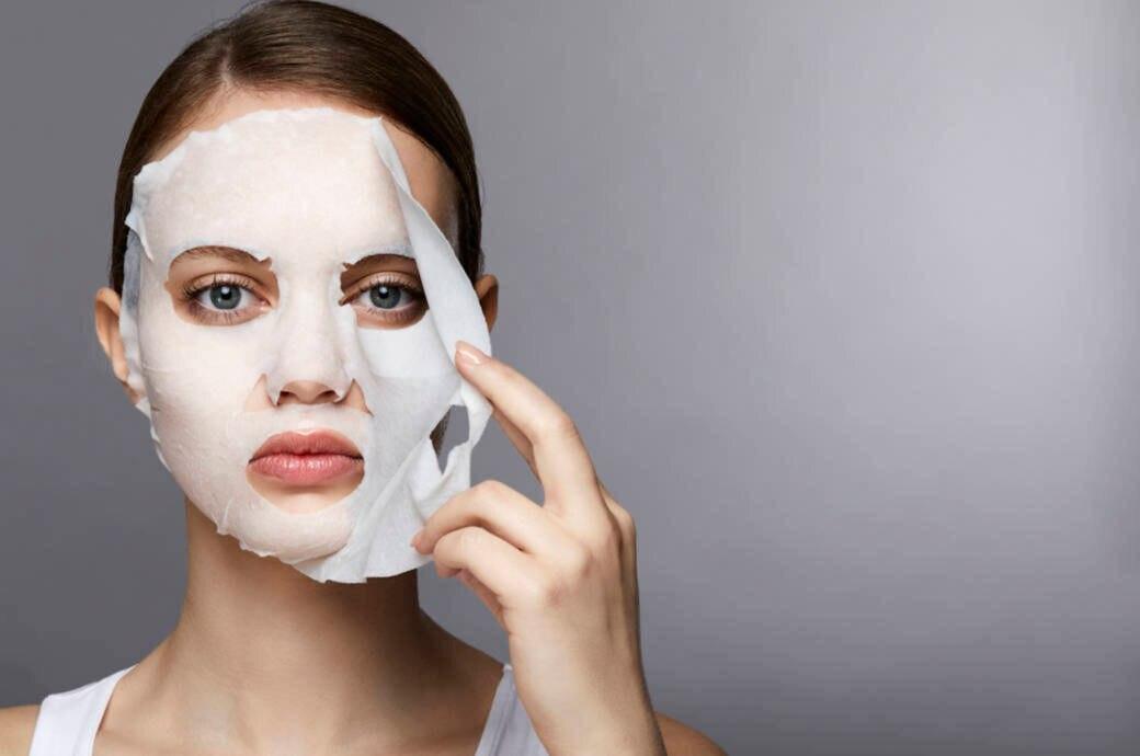 Frau mit Tuchmaske