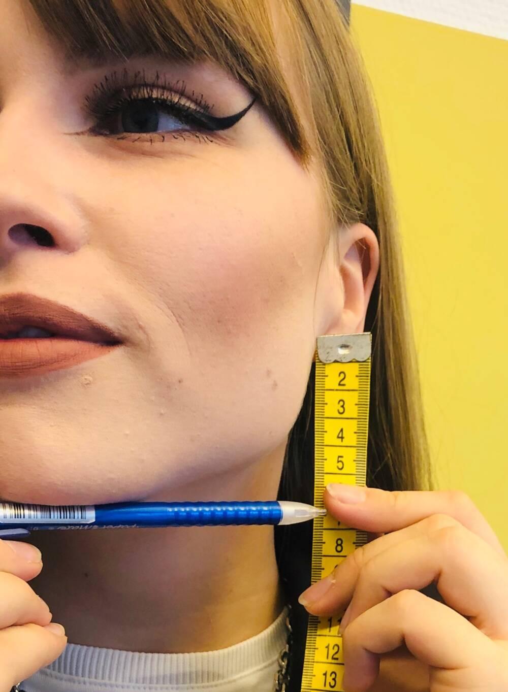 Frau mit Maßband und Bleistift