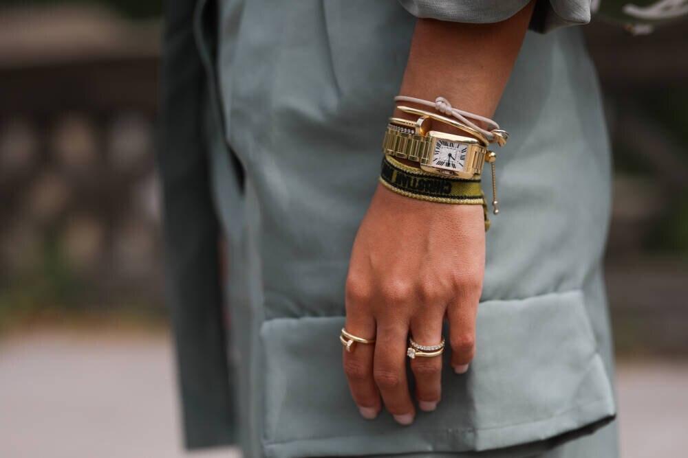 Frau mit Armbanduhr