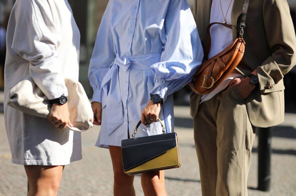 Frauen mit Uhren am Handgelenk