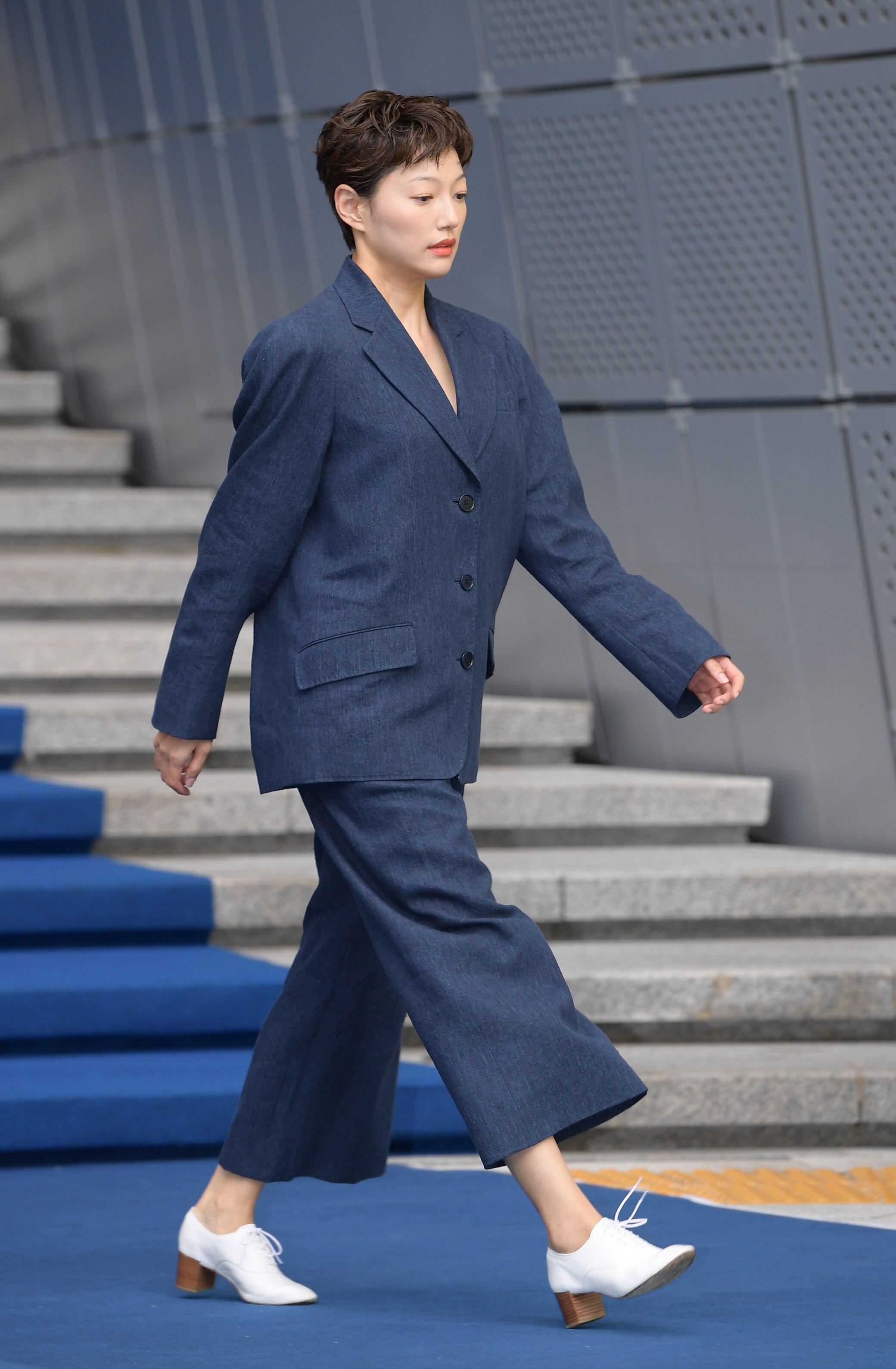 Frau im Anzug auf dem Laufsteg