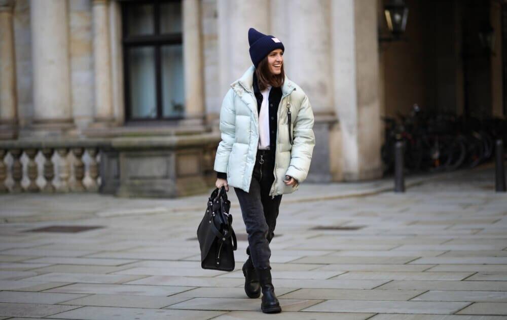 Frau in grauer Jeans