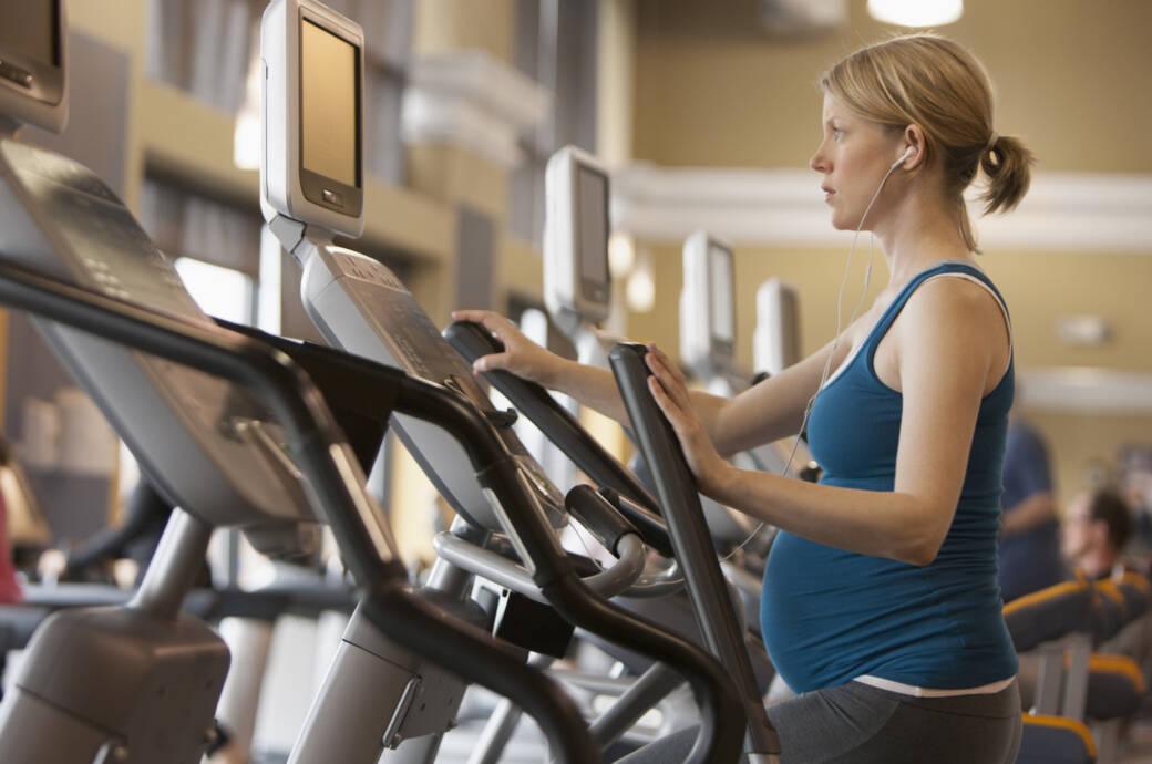 Schwangere Frau auf dem Laufband