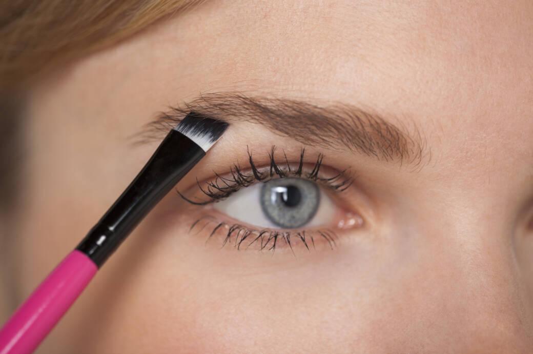 Frau mit Augenbrauenpinsel