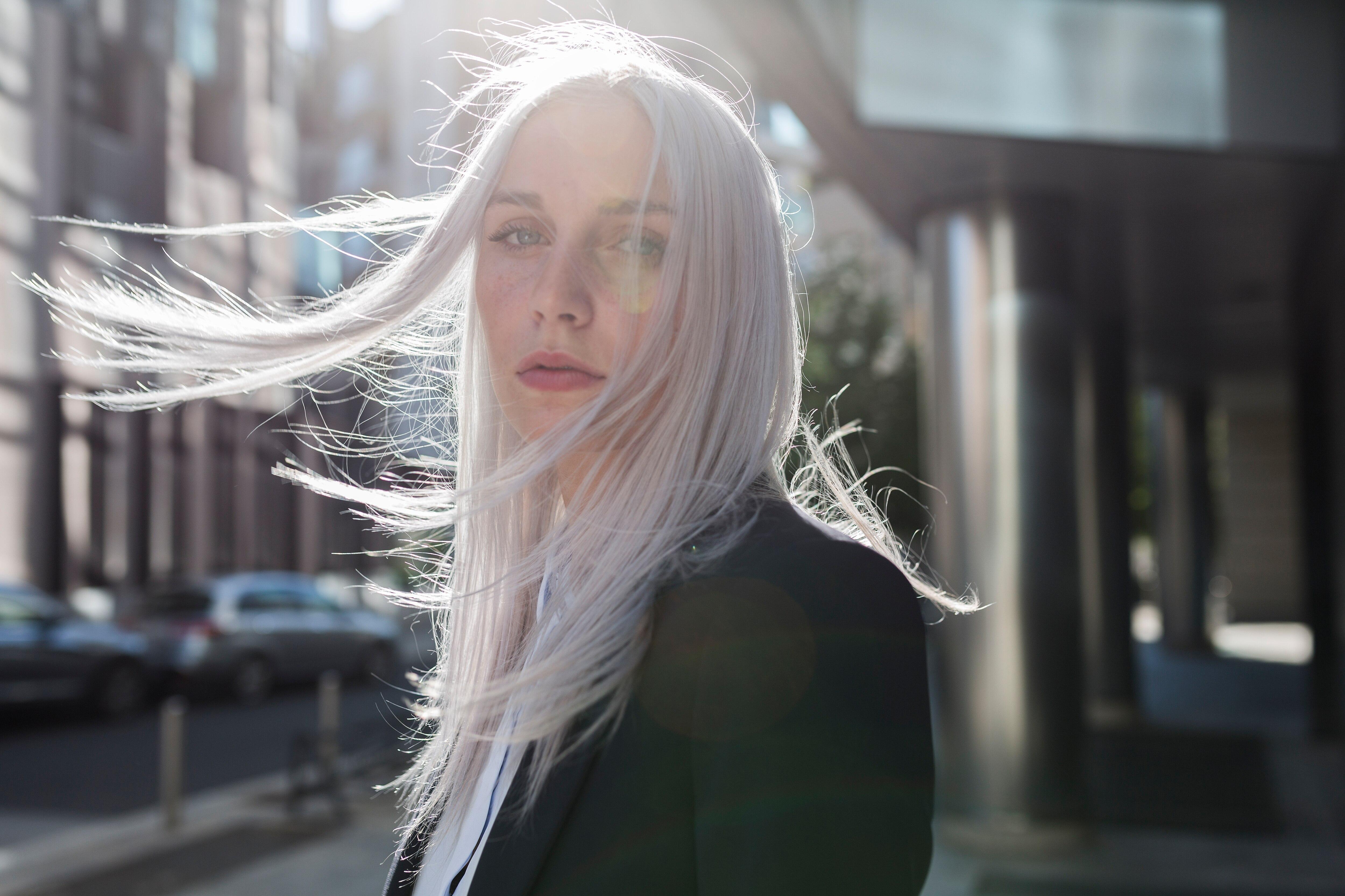Graue Haare mit 30! Wie sie entstehen und wie man sie am besten pflegt