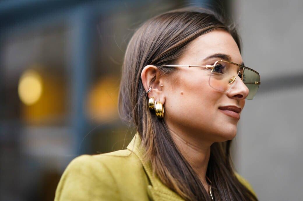 Frau mit Ohrringen