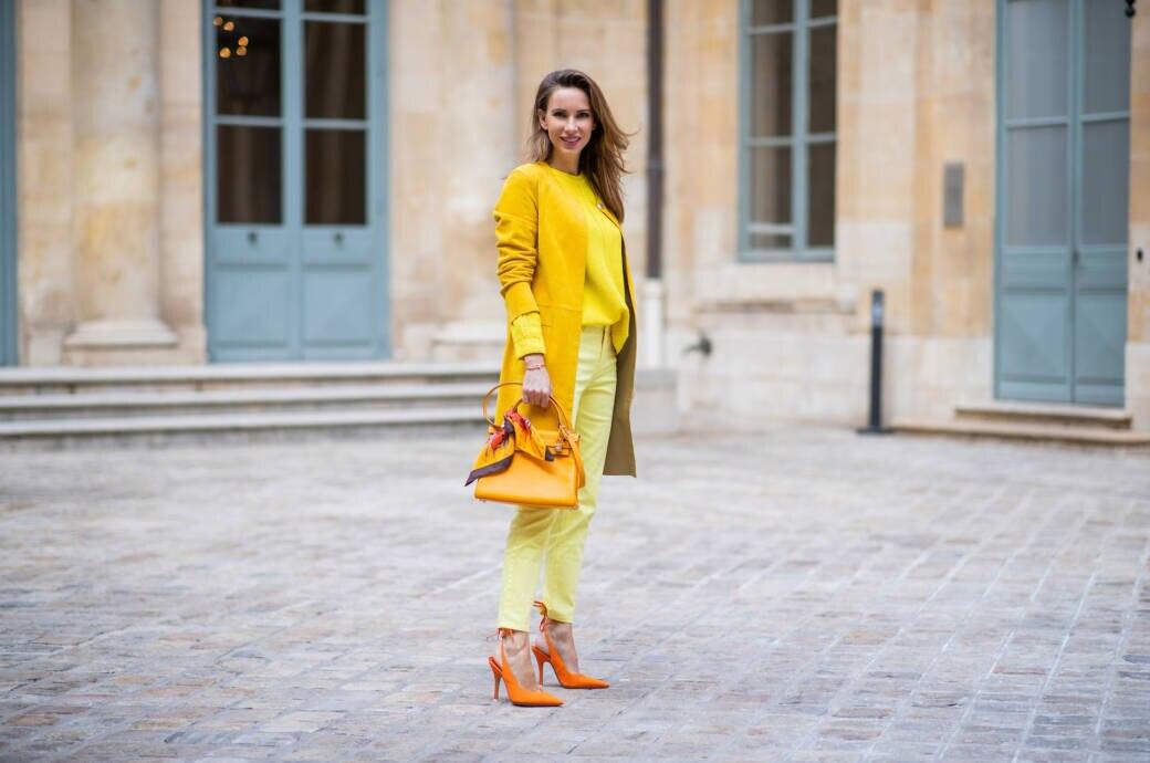 Frau in gelbem Outfit