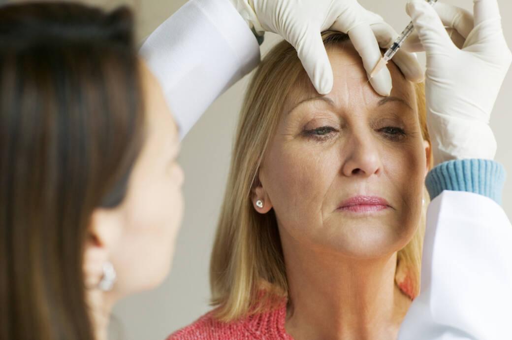 Frau lässt sich Botox spritzen