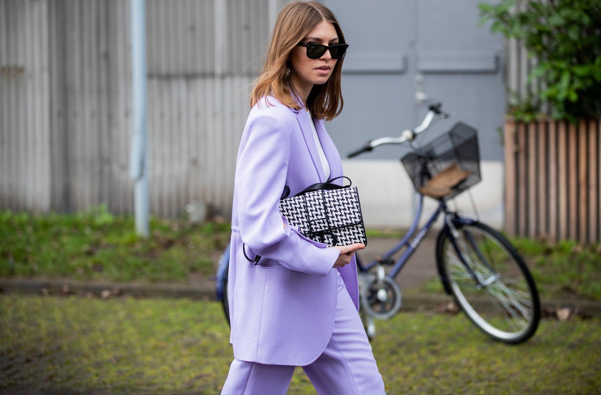 Frau in Lavendel-farbenem Anzug