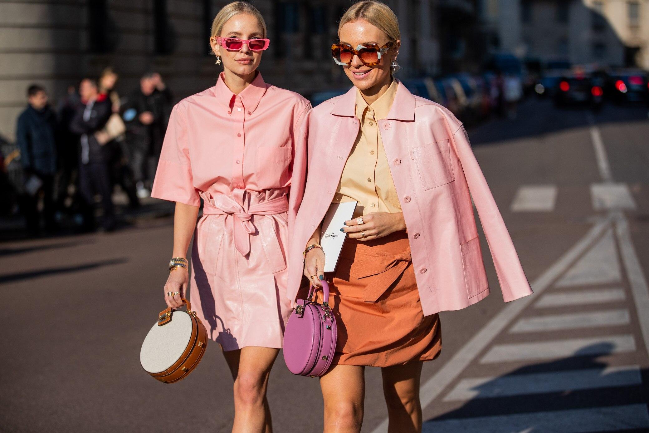 Zwei Frauen in rosa Outfits
