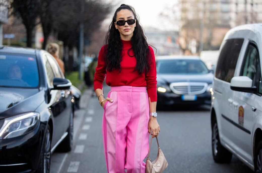 Frau in rosa Hose