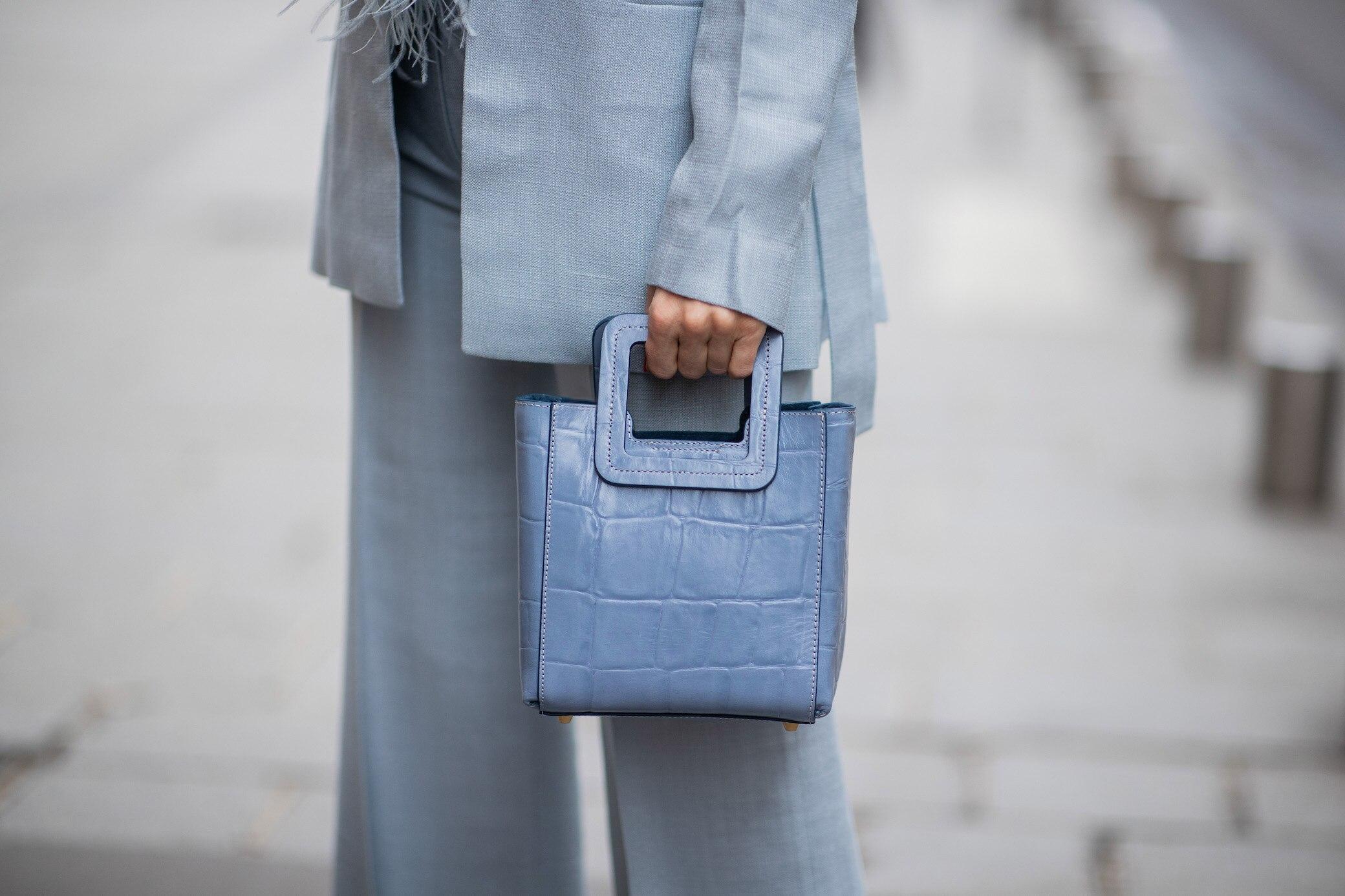 Frau in blauem Anzug