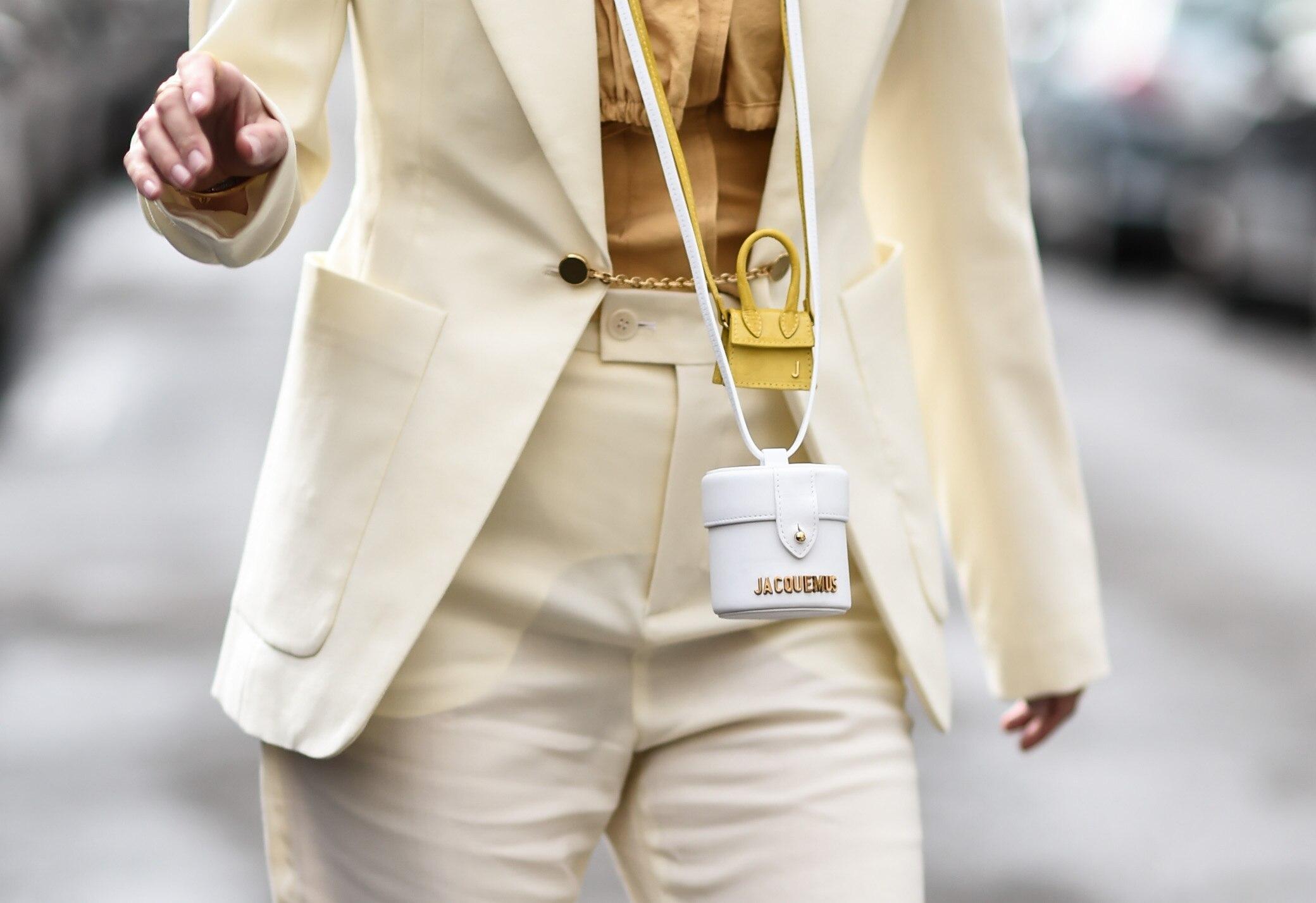 Frau in gelben Anzug