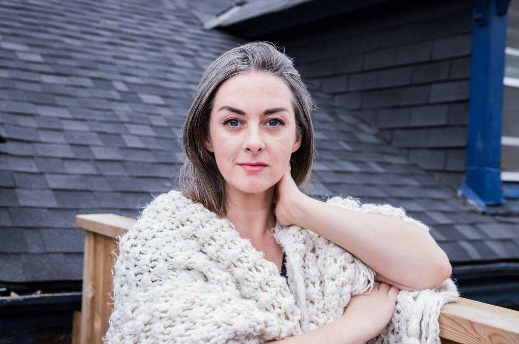 junge Frau (30 Jahre) mit grauen Haaren