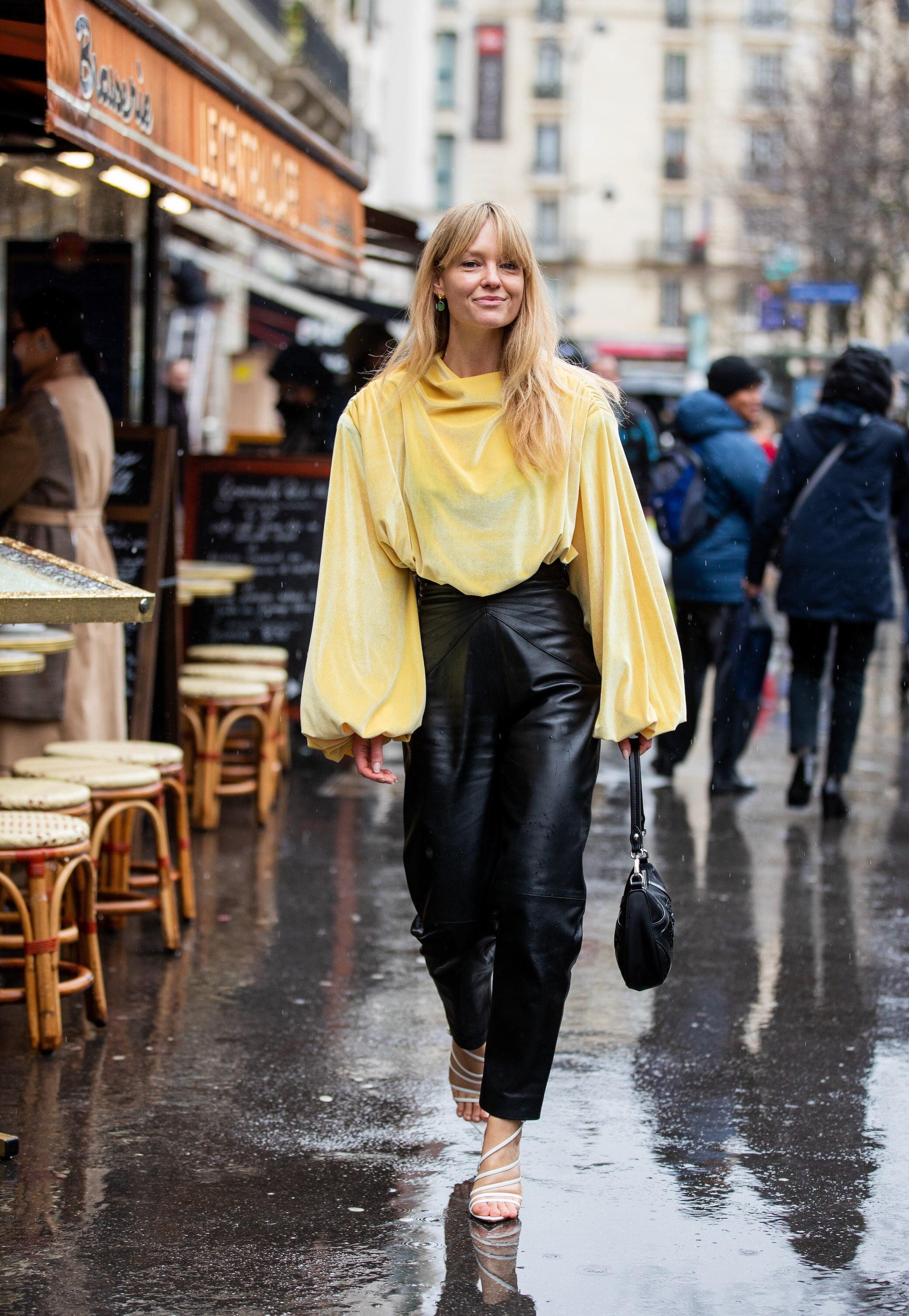 Frau in gelber Bluse
