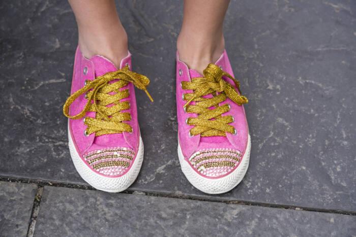 Klassische Schnürung mit goldfarbenen Schnürsenkeln