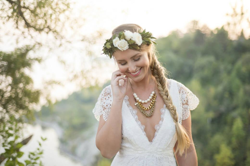 Braut mit Hochzeitsfrisur und Blumenkranz