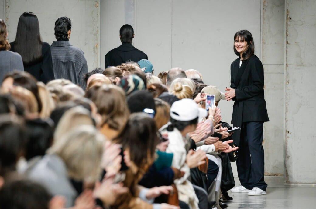 Mode-Scout: Menschen applaudieren einer Mode-Designerin auf einer Modenschau