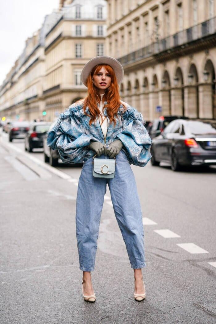 Frau in Slouchy jeans