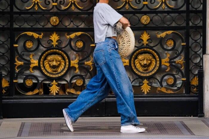 Frau in Wide Leg jeans