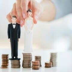 Ehepaar bei Hochzeit mit Geld