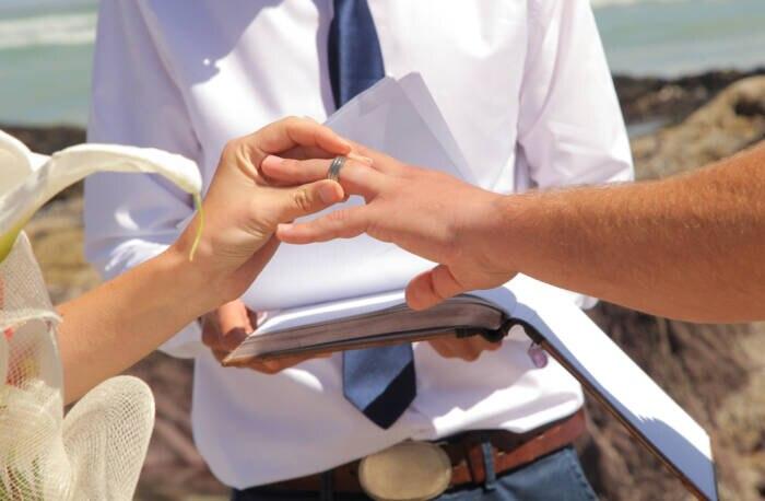 Paar steckt sich Ringe an