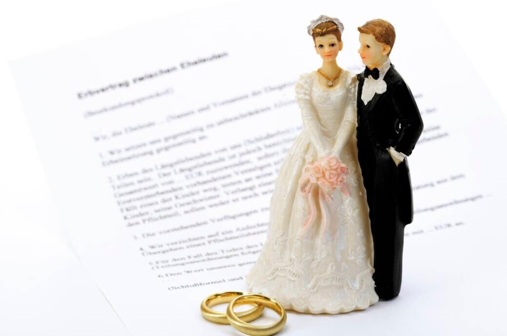 Hochzeitspaar mit Ehevertrag