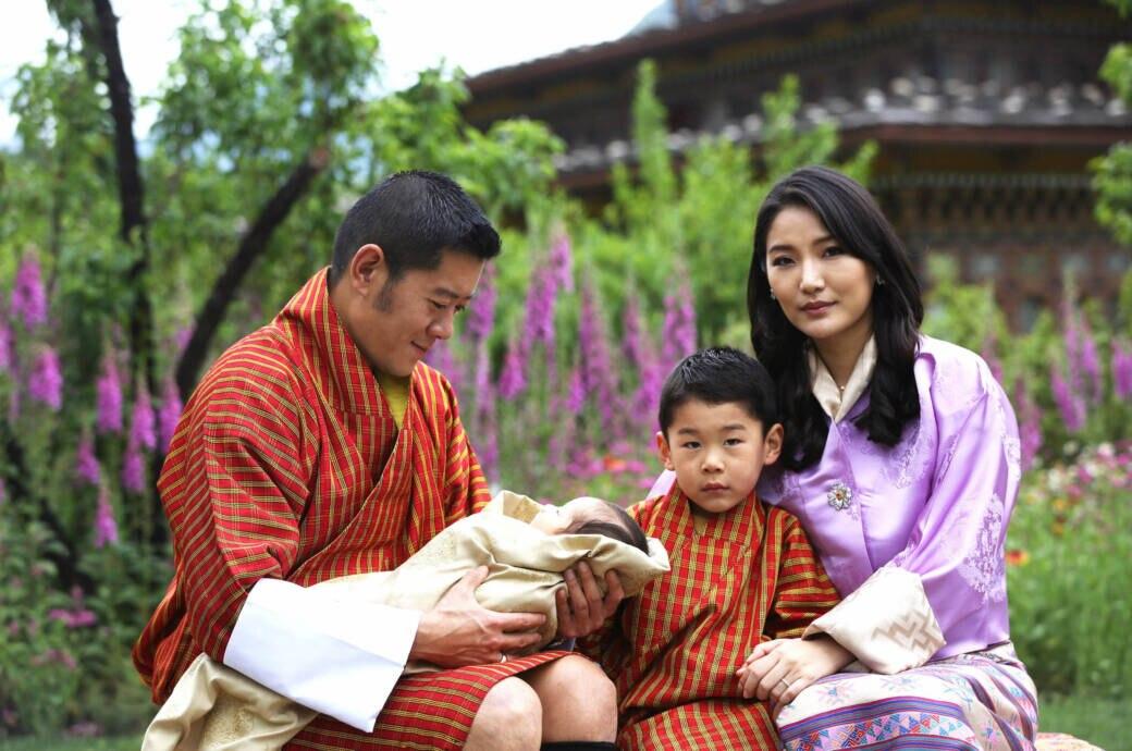 König Jigme Khesar Namgyel Wangchuck und Königin Jetsun Pema mit ihren Kindern Gyalsey Jigme Namgyel (geboren 2016) und Gyalsey (geborgen 2020)