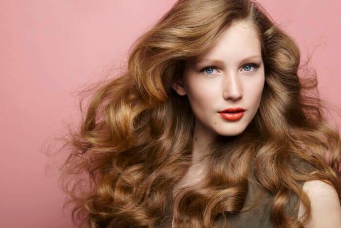 Frau mit braunen Haaren