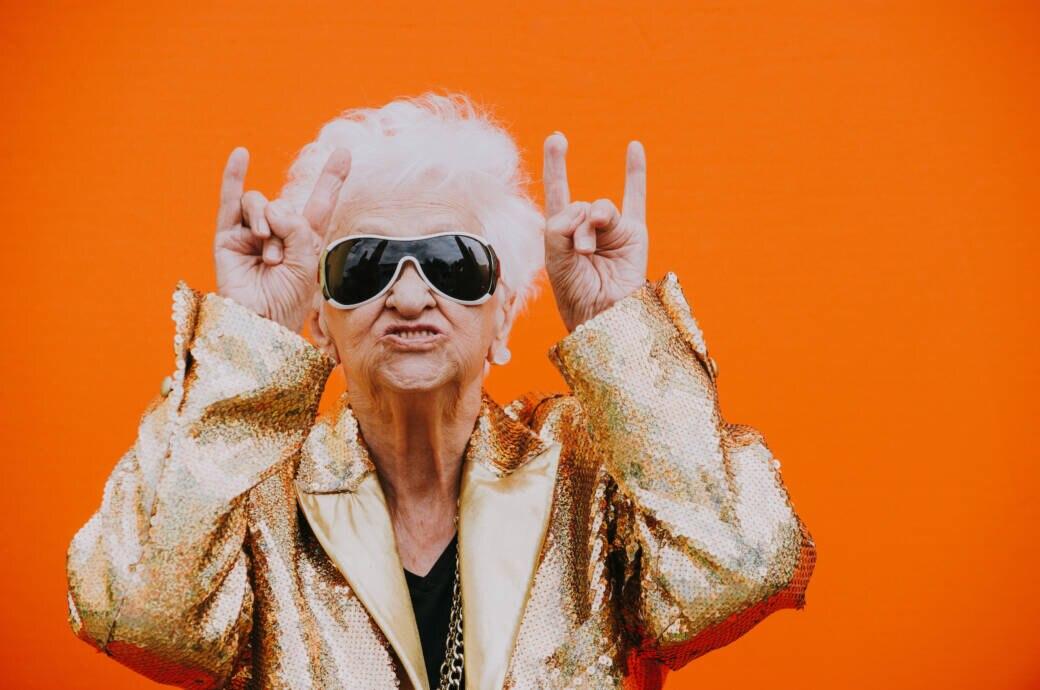 Alte Frau, die Devil Horns zeigt